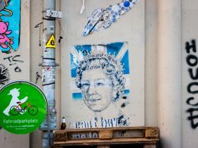 Queen on berlin wall