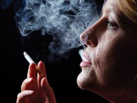 Young woman (30s) smoking