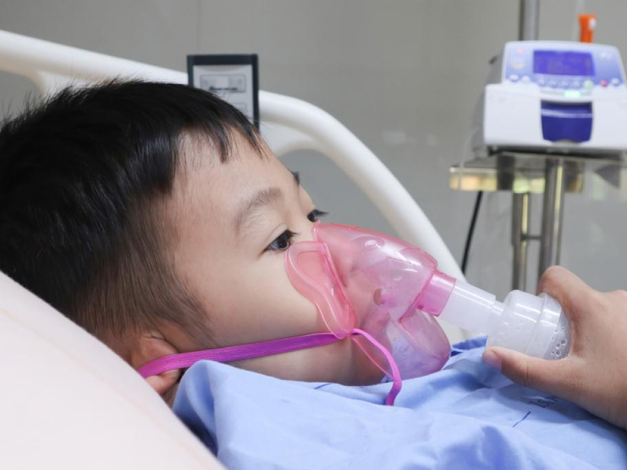 Child with severe asthma in hospital