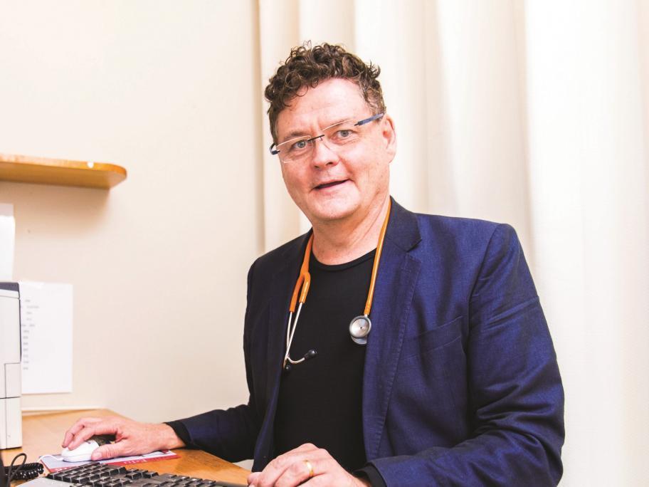 Dr Bruce Willett